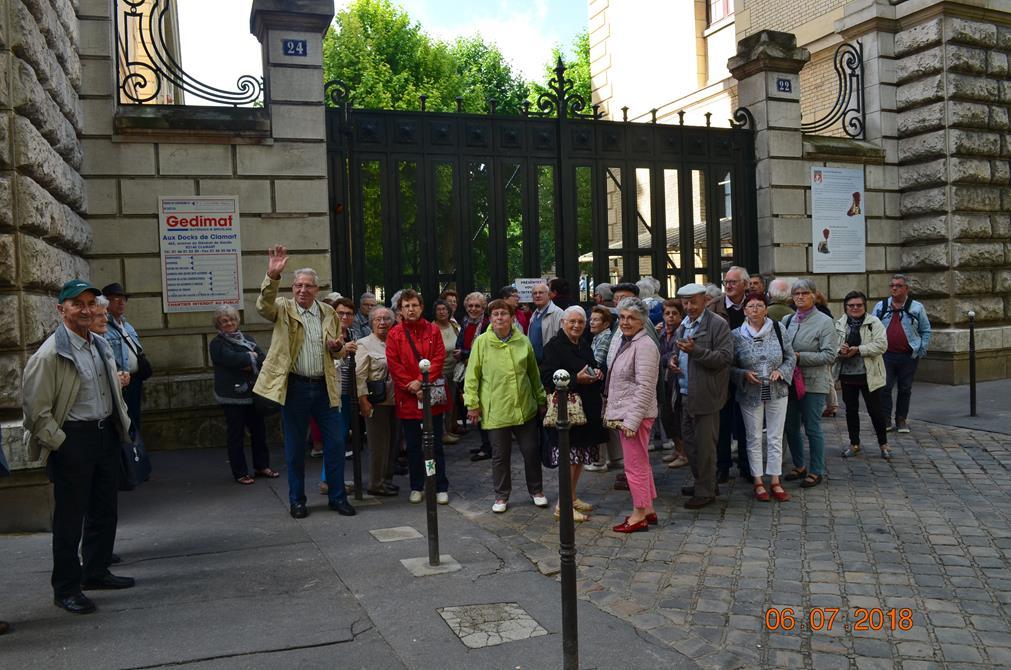 Arrivée du groupe devant la garde républicaine
