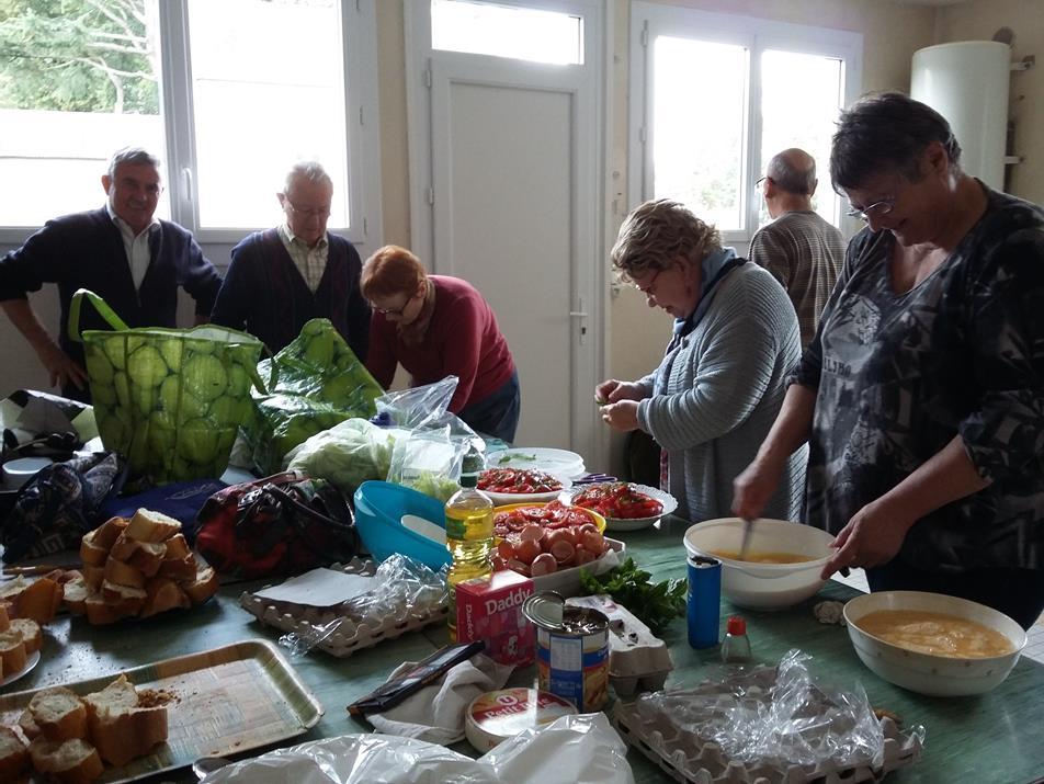 On a coupé les tomates, l'ail et l'oignon, on prépare l'omelette ....