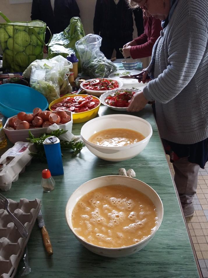 On finalise la préparation de la salade de tomate, les oeufs sont prêts !