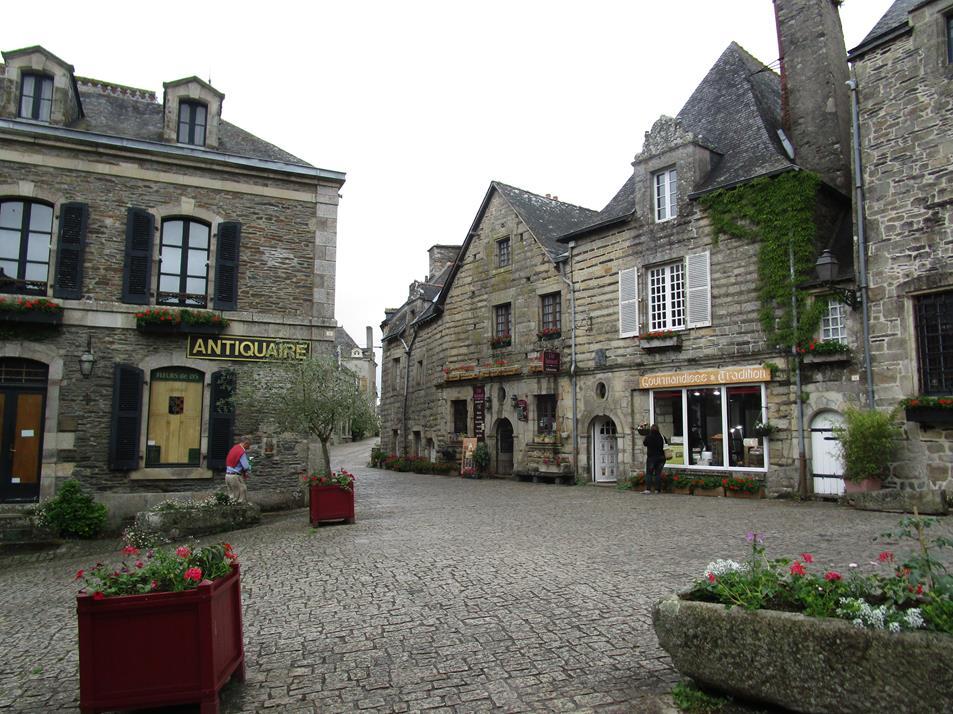 Maisons et boutiques sur les bords des ruelles pavées datant de plusieurs siècles.
