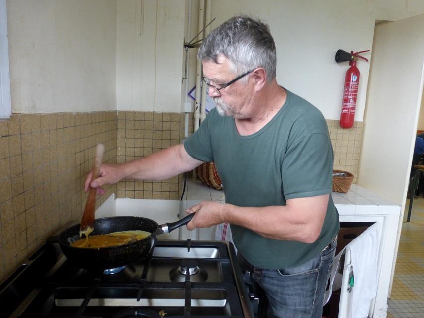 Jacques fait les omelettes après la préparation des champignons.