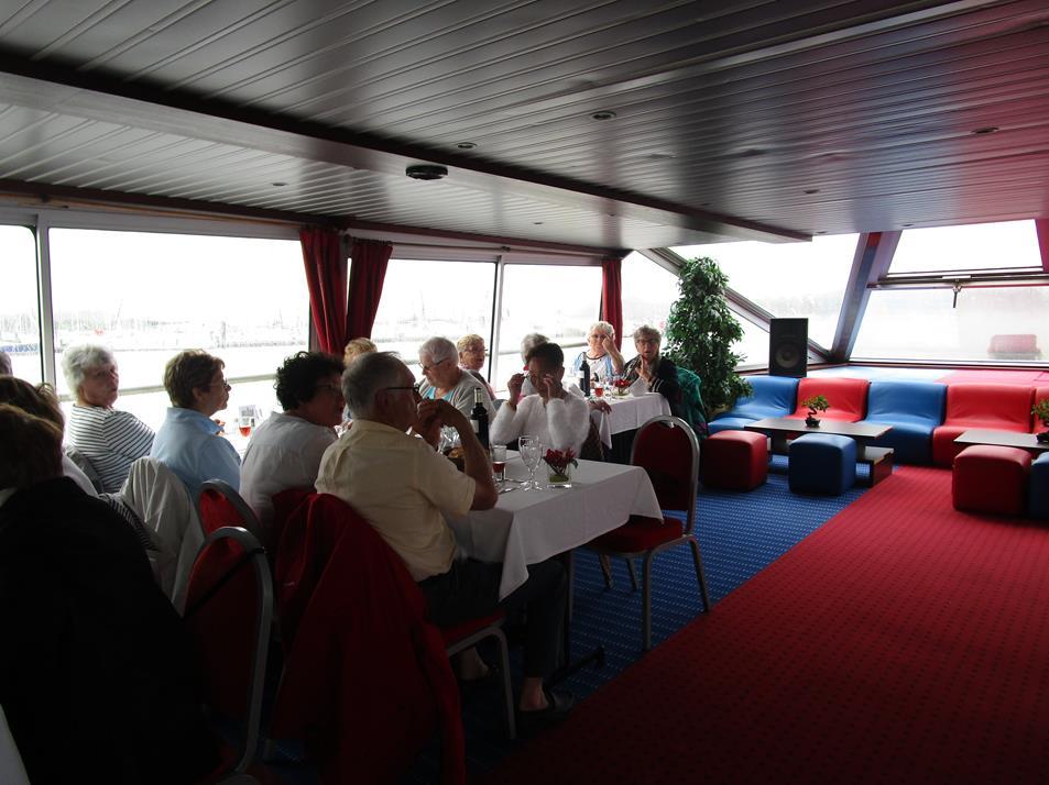 déjeuner à bord du bateau naviguant durant plus de 3 heures sur la Villaine.