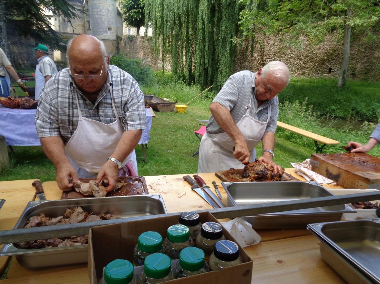 Après la cuisson, la découpe de la viande...