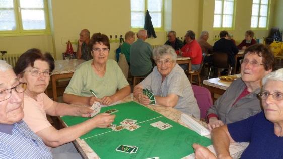 La salle est pleine pour les parties de cartes